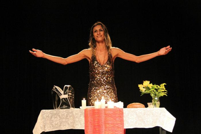 A peça é um monólogo e traz histórias bíblicas sob a perspectiva contemporânea. Foto: Reprodução/Facebook