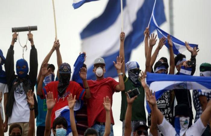 Segundo grupos humanitários, a repressão aos protestos já deixou mais de 300 mortos e 2 mil feridos (Foto: MARVIN RECINOS / AFP)