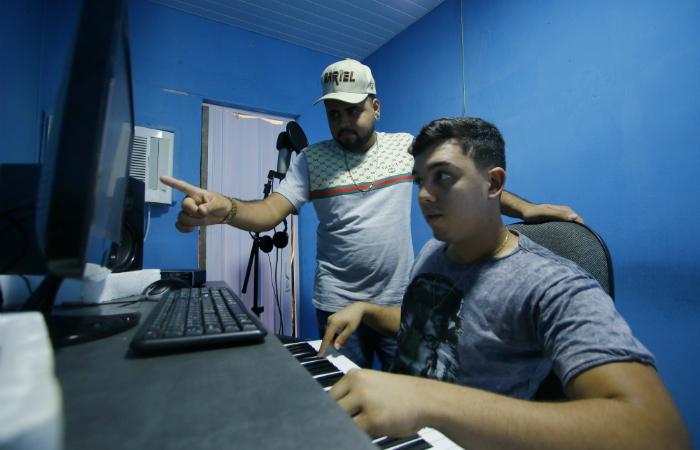 Produtores no estúdio do Batidão Stronda, localizado no Ibura. Foto: Marlon Diego/Esp. DP