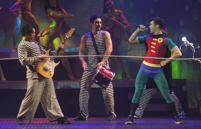 A peça nostálgica traz as clássicas canções do rock como Robocop Gay e Sabão Crá-Crá. Foto: Paula Kossatz/Divulgação