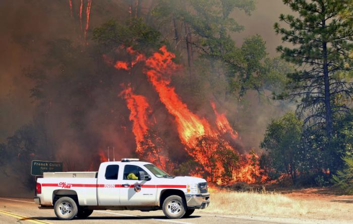 Os bombeiros evitaram que o fogo causasse mais danos na cidade de Redding, mas três comunidades menores - Ono, Igo e Gas Point - estavam em perigo. Foto: AFP