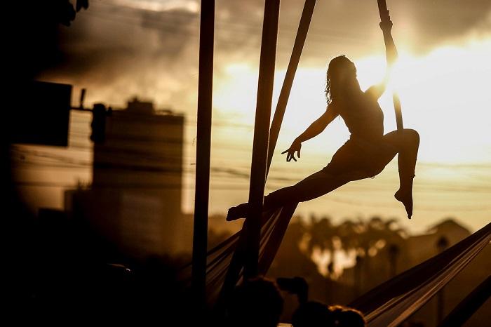 Thaís Botelho, professora de tecido acrobático, durante apresentação neste domingo. Foto: Paulo Paiva/DP