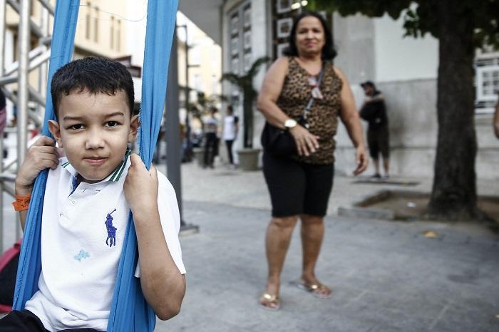 Cícera Maria da Silva aprovou o projeto e pede mais ações do tipo para levar o neto, Pedro, de 7 anos. Foto: Paulo Paiva/DP