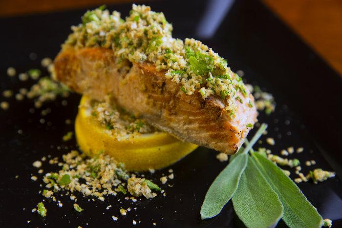 Salmão com crosta de quinoa 2, prato do cardápio de comidas ultracongeladas da Noops Funcional Food. Foto: Divulgação