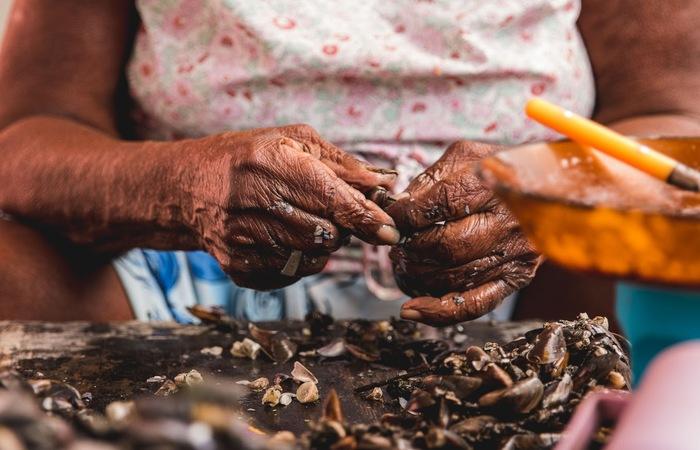 Um dos selecionados, o filme Entremarés, aborda o cotidiano de mulheres que trabalham com pesca na Ilha de Deus. Foto: Mariana Medeiros/Divulgação
