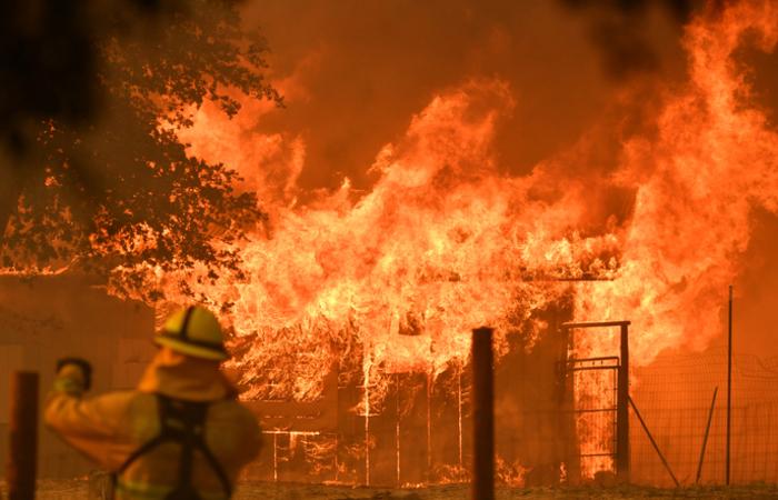 Cerca de 12.000 bombeiros lutavam nessa segunda-feira contra as chamas de 17 grandes incêndios que avançam sem controle. Foto: JOSH EDELSON / AFP