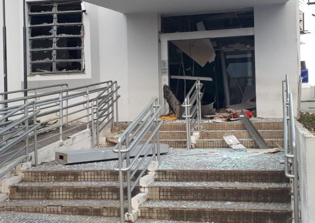 As agências ficaram parcialmente destruídas e ainda não se alguma quantia foi levada dos cofres.  Foto: Cortesia. (As agências ficaram parcialmente destruídas e ainda não se alguma quantia foi levada dos cofres.  Foto: Cortesia.)