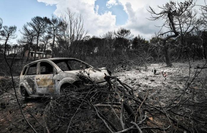Nove dias depois do incêndio, autoridades e voluntários ajudam os desabrigados. Foto: LOUISA GOULIAMAKI / AFP