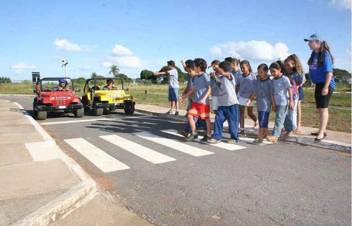 O projeto do DER tem instruído as crianças a fiscalizar os pais no trânsito (foto: Hiram Vargas/Esp. CB/D.A Press)