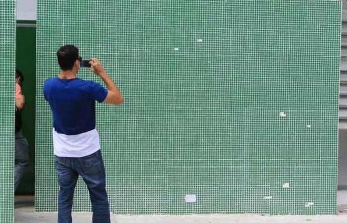 Perito analisa a fachada da delegacia atacada no Curió, em Fortaleza. Foto: Fabio Lima/O Povo/Folhapress