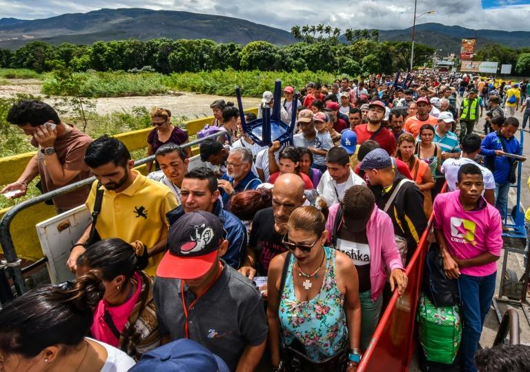 Venezuelanos de San Antonio del Tachira atravessam a ponte Simón Bolívar até Cucuta, Colômbia em 25 de julho de 2017. Foto: AFP/Arquivos / Luis ACOSTA