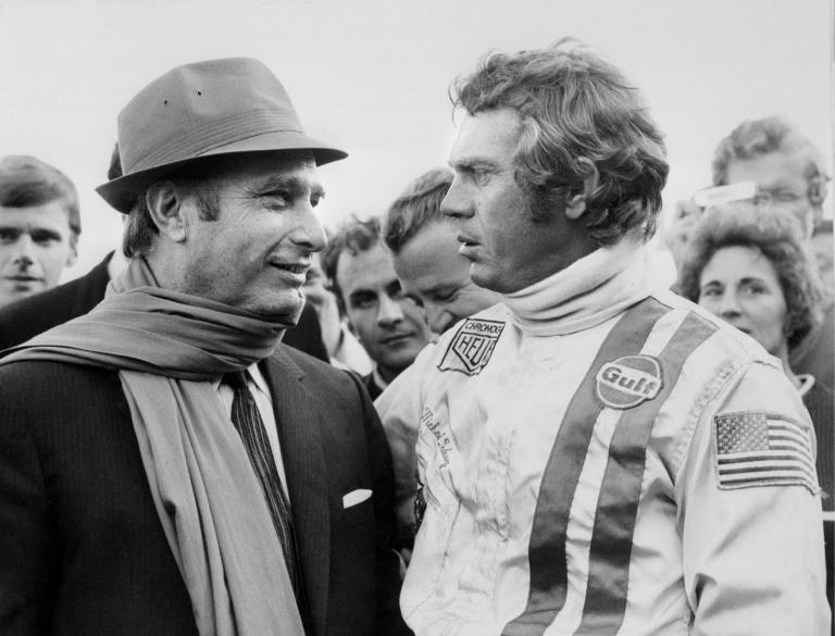 Ex-campeão mundial de automobilismo, argentino Juan Manuel Fangio (1911-1995), fala com Steve McQueen em 2 de outubro de 1970. Foto: AFP/Arquivos