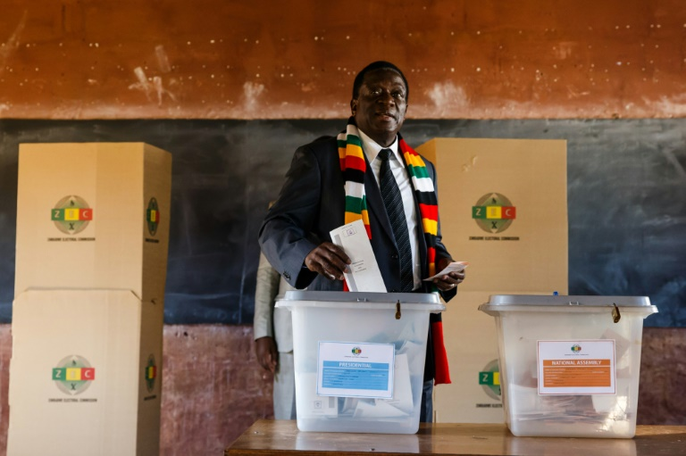 Presidente do Zimbábue Emmerson Mnangagwa deposita seu voto durante as eleições presidenciais do país, no dia 30 de julho de 2018. Foto: AFP / Jekesai NJIKIZANA