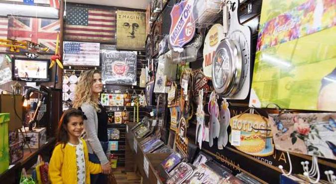 O consumidor brasileiro pretendem desembolsar, em média, R$ 150 com os presentes. Foto: Ed Alves/CB/D.A Press