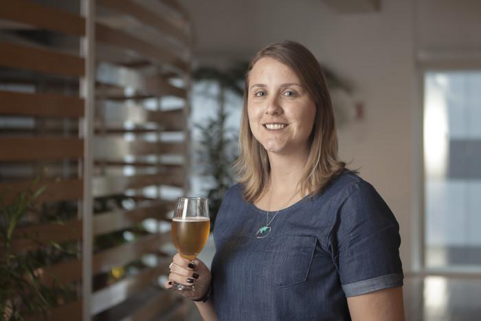 A mestre-cervejeira da Cervejaria Ambev, Laura Aguiar, dá dicas da bebida que combina com cada ocasião. Foto: LK/Divulgação