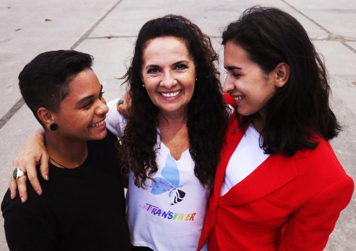 O homem trans Gabriel Ventura e a mulher trans Joana Casotti: visibilidade ao lado da militante Regina Guimarães, por sistema de saúde inclusivo. Crédito: Gabriel Melo/Esp. DP (Crédito: Gabriel Melo/Esp. DP)