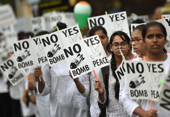 Estudantes indianos seguram cartazes com slogans pela paz durante um comício para celebrar o Dia de Hiroshima, em Mumbai. Foto: PUNIT PARANJPE / AFP