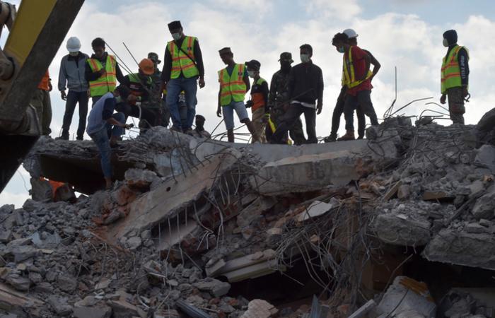 O terremoto de domingo, de 6,9 graus de magnitude, deixou 105 mortos e destruiu milhares de edifícios. Foto: ADEK BERRY / AFP