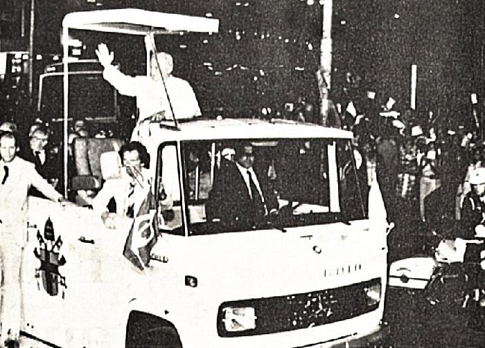 Papa João Paulo II acena para populares no Recife em cima do papamóvel conduzido por Severino Macário. Foto: João Carlos Lacerda/DP (Jul1980)