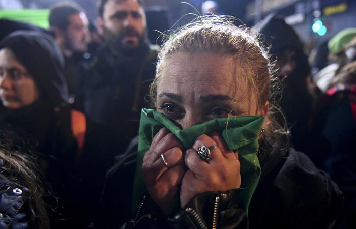 """Entre os que apoiavam o """"sim"""", reconhecidos por seus lenços verdes, a reação oscilou entre tristeza e raiva. Foto: EITAN ABRAMOVICH / AFP"""