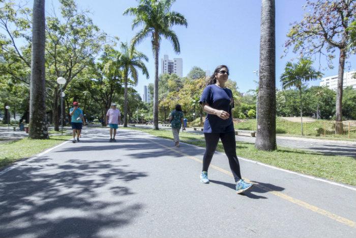 Renata Almeida vai três vezes por semana caminhas no Parque da Jaqueira. Foto: Leo Malafaia/Esp.DP