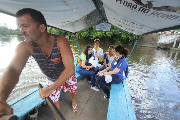 Família do barqueiro Antônio Tomé, 43 anos, faz o transporte há 70 anos e já tem freguesia certa das escolas. Foto: Nando Chiappetta/DP
