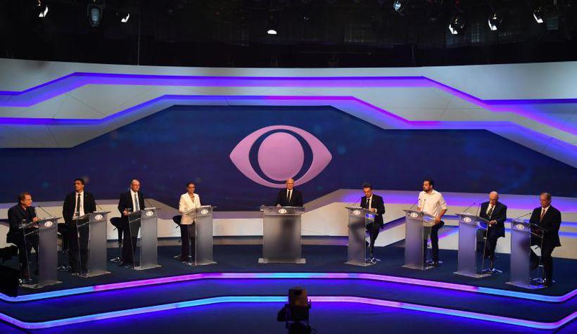 O evento, realizado na TV Bandeirantes, teve a participação de oito dos treze aspirantes ao Palácio do Planalto. Foto: Reprodução/AFP