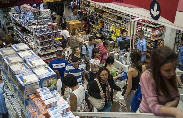 De acordo com o IBGE, o volume de vendas caiu 0,1% na média móvel trimestral, mas apresentou altas de 1,5% na comparação com junho de 2017. Foto: Marcelo Camargo/Arquivo Agência Brasil