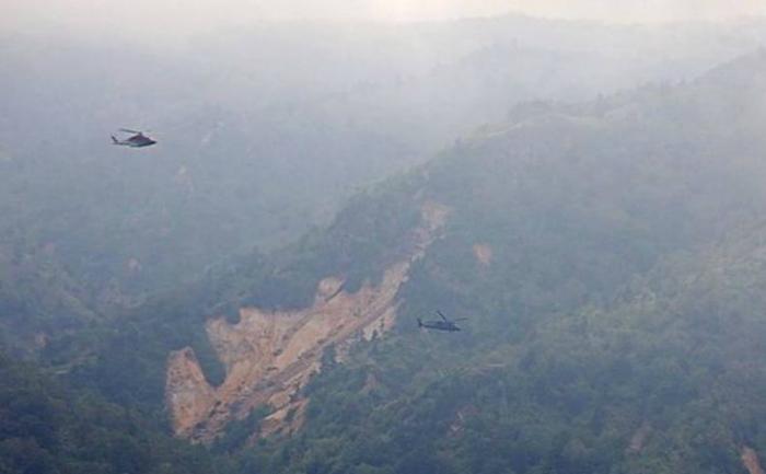 Forças da Defesa do Japão sobrevoam região montanhosa nas proximidades de Gunma, no centro do Japão, e procuram pelos destroços do helicóptero. Foto: JIJI PRESS / JIJI PRESS / AFP