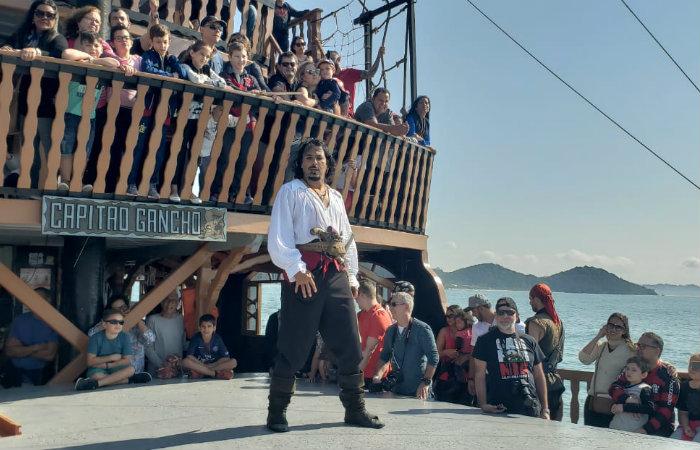 Travessia para a Praia de Laranjeiras pode ser feita na embarcação do barco piratas. Foto: Jeff Severino/Cortesia