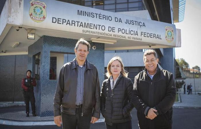 Haddad e Gleisi depois da visita ao ex-presidente Lula, em Curitiba: disputas internas para anunciar ex-prefeito de uma vez como candidato (foto: Ricardo Stuckert/Instituto Lula)