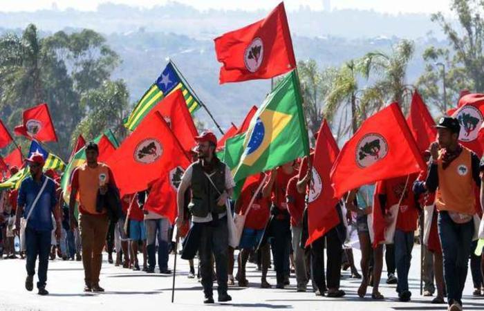 Manifestantes fazem passeata na BR-020 e prometem mobilizar o centro de Brasília nesta terça-feira (foto: Ed Alves/CB/D.A Press)