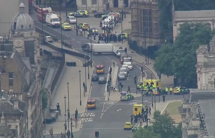 Um carro foi lançado contra barreiras diante do Parlamento do Reino Unido. Foto: Reprodução/Tv Globo