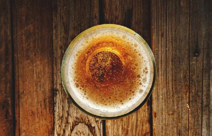 Para enganar os clientes, o dono bar apenas trocava o rótulo, mantendo as tampas da marca de cerveja mais barata. Foto: Reprodução/Pixabay