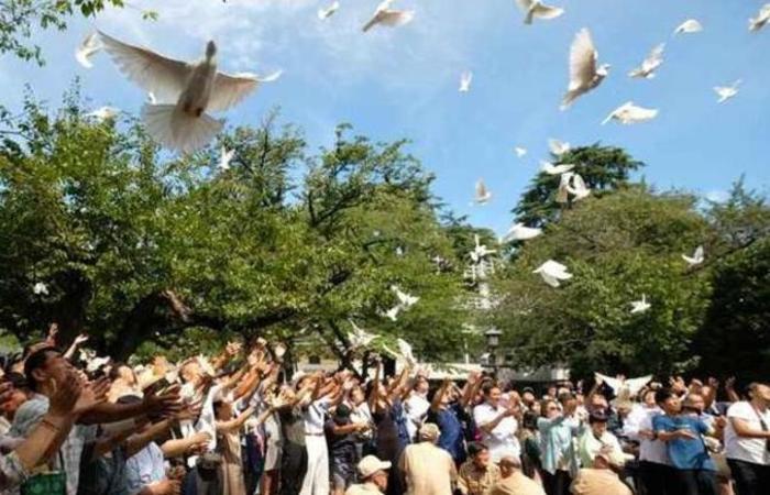 Pessoas libertam pombas para homenagear os mortos no santuário de Yasukuni no 73º aniversário da rendição do Japão na Segunda Guerra Mundial. Foto: Kazuhiro Nogi/AFP
