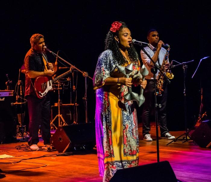 No palco, ela recebe os cantores Isaar e Gilú Amaral. Foto: Rabixco Comunicação/Divulgação