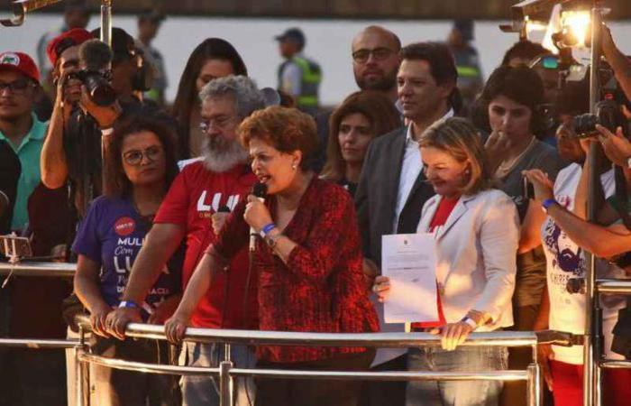 Dilma Rousseff e Gleisi Hoffmann, entre outras lideranças que apoiam o ex-presidente, discursaram para os cerca de 10 mil manifestantes em Brasília (foto: Arthur Menescal/Esp. CB/D.A Press)