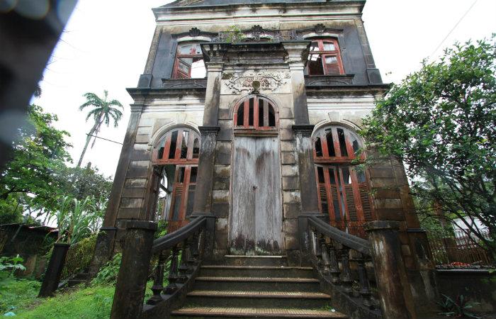 Casarão que abrigou o antigo Hospital Magitot, no bairro da Várzea, segue em ruínas. Foto: Arquivo/DP