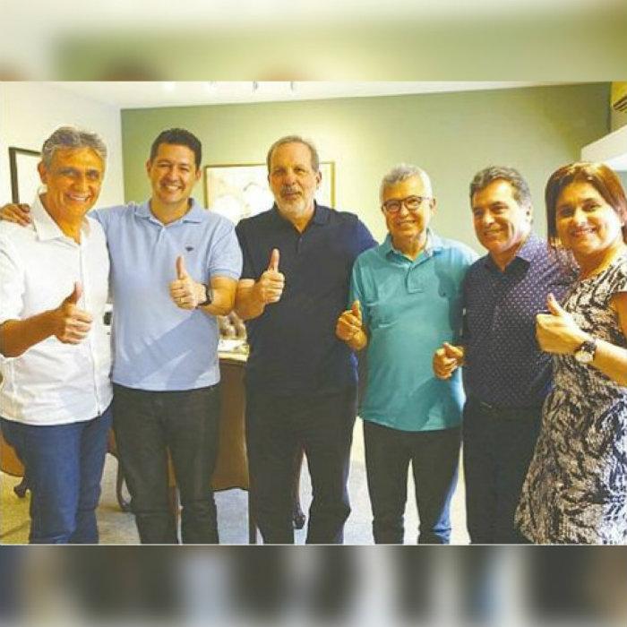 Armando Monteiro Neto (PTB) entre os tucanos Betinho Gomes e Elias Gomes. Foto: Ricardo Labastier/Divulgação
