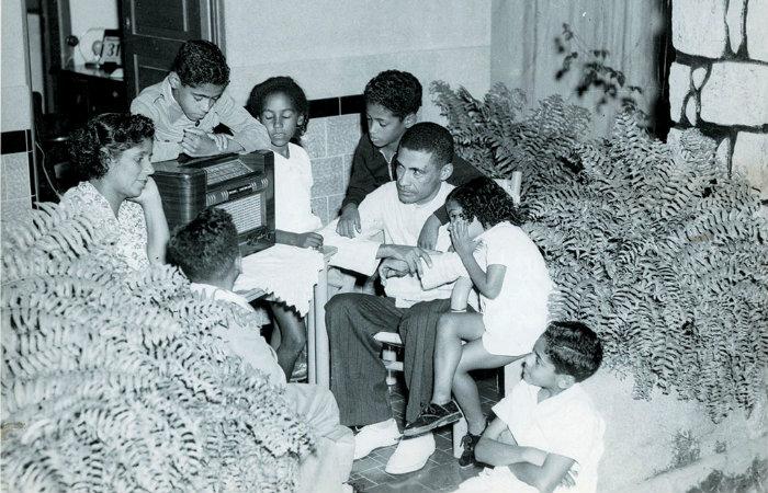 Famílias se reuniam para ouvir programa de rádio. Imagem: arquivo