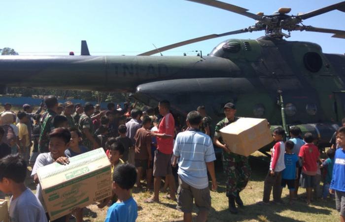 Após os últimos abalos, moradores recebem mantimentos e ajuda do governo. Foto: AFP PHOTO / BADAN NASIONAL PENANGGULANGAN BENCANA