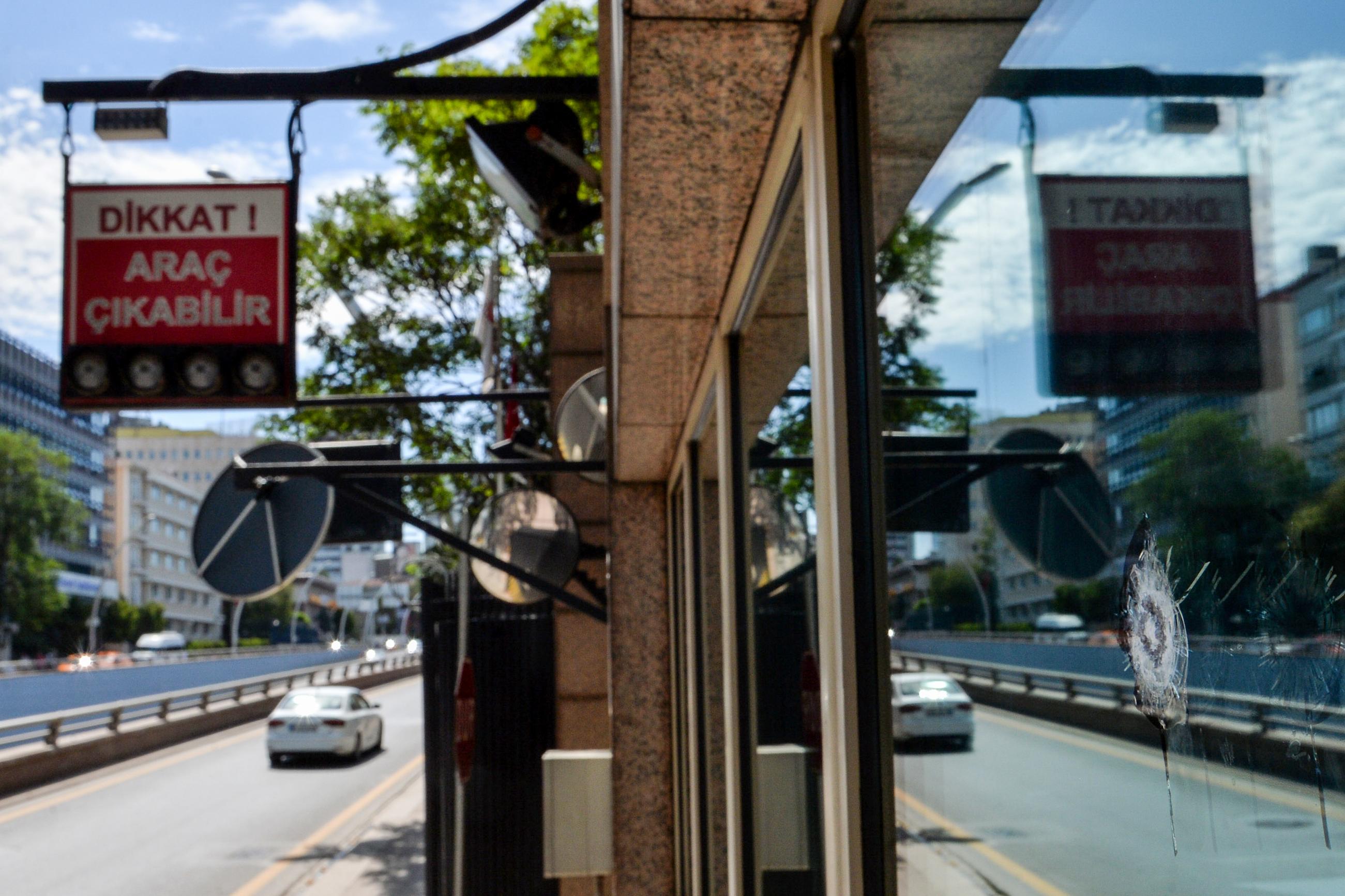 Os tiros foram disparados a partir de um automóvel às 5H30. Foto: STR / AFP