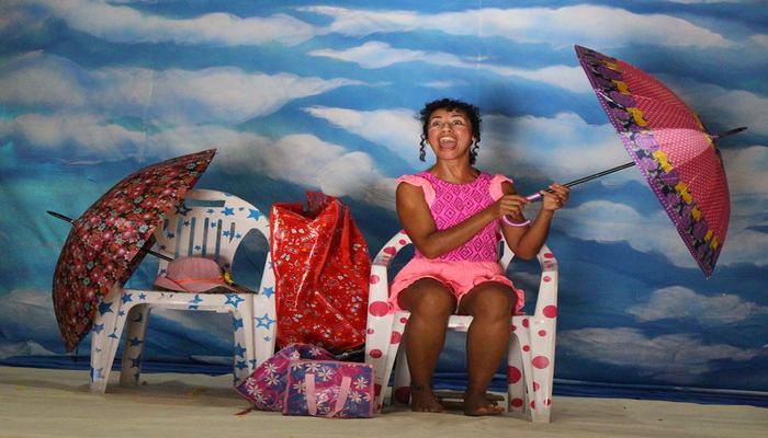 O show é baseado nas aventuras de duas palhaças numa praia lotada. Foto: Divulgação