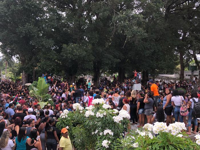 Milhares de pessoas compareceram ao local para homenagear o artista. Foto: Marina Simões/DP