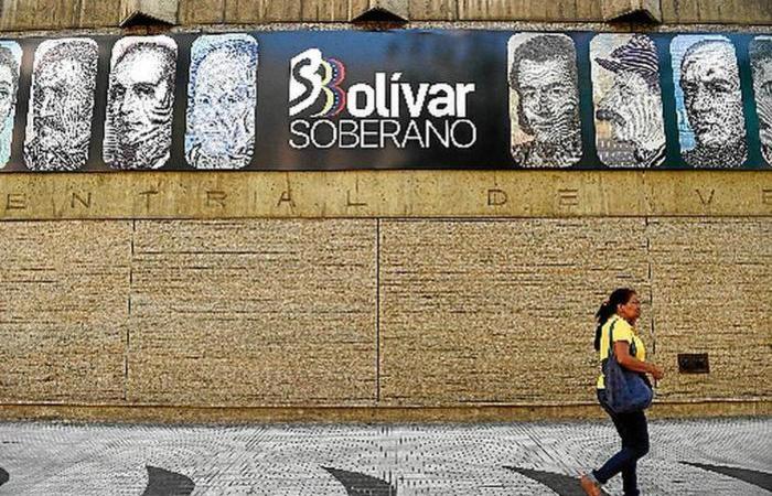 Governo decretou feriado no primeiro dia de circulação das novas cédulas: desvalorização de 96% frente ao dólar. Foto: Federico Parra/AFP