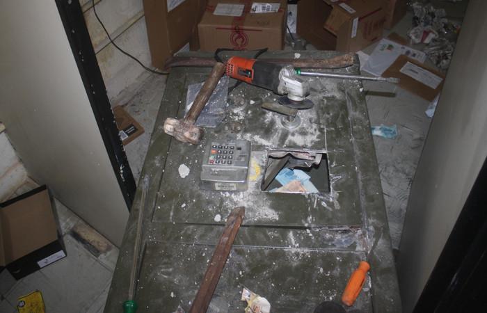O cofre chegou a ser arrombado, mas os ladrões não conseguiram levar o dinheiro. Foto: PF/divulgação