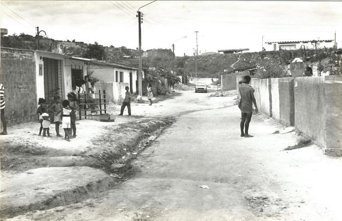 Na década de 1990, vila ainda não tinha calçamento e saneamento. Crédito: ONG Etapas