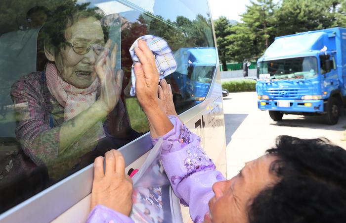 Muitos participantes nas reuniões, que começaram na segunda-feira (20) na estação norte-coreana do Monte Kumgang, têm mais de 80 anos. Foto: Yonhap/AFP