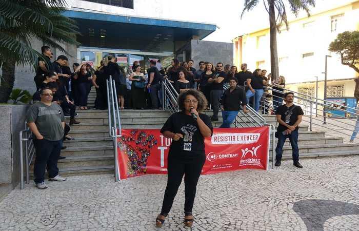 Funcionários da agência Capiba, do Banco do Brasil, no Marco Zero, cruzam os braços até o meio-dia desta quinta em protesto. Foto: Divulgação