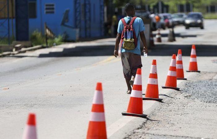 Imigrante venezuelano cruza a fronteira com o Brasil. Foto: Marcelo Camargo/Agência Brasil